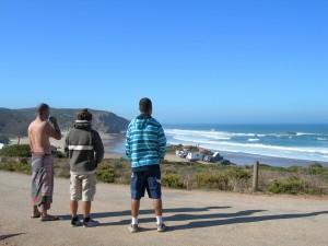 Observando las olas antes de entrar. Carrapateira, Alentejo, Portugal