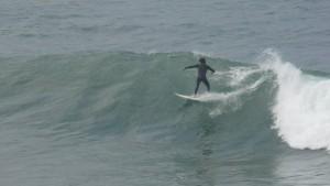 Surfer en Ericeira, praia norte, Portugal