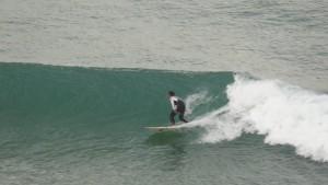 Surfer en praia grande, Portugal